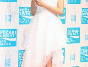"""深田恭子、""""世界一軽い素材""""ドレスで美脚チラリ"""