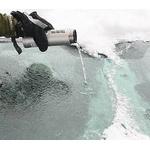 車のフロントガラスが凍ってたからお湯かけたらヒビいったwwwwwww