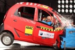 【動画あり】タタの超低価格車、ナノ …インドの衝突安全テストに失格