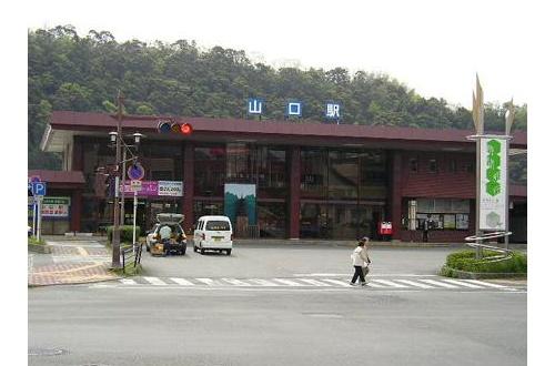 彡(^)(^)「山口駅?県庁所在地やし駅前も栄えてるんやろうな!」のサムネイル画像