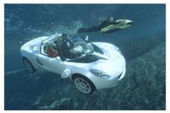世界初、水中に潜れるオープンカー