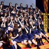 『【乃木坂46】THE太もも祭りw 卒セレ後に集合写真カメラに群がるメンバーを別角度から見た構図wwwwwww』の画像