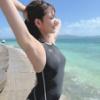 青い空と海に映えるセクシーなボディ!篠原冴美の競泳水着ショットにコメント続々!