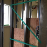 『玄関横にはオシャレなKAWAJUNのフックとIKEAのミラー』の画像