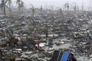 【フィリピン】壊滅の島「この世の終わり」「人々がゾンビのようにさまよっている」 台風30号で死者不明1万人超か