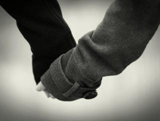 【朗報】ついに「恋人つなぎ」で歩けるハンドロボット。手を握り返してくれ、手汗や匂いもある「お散歩彼女」が開発される!!!!