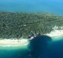 豪州レインボービーチに突然幅100メートルの巨大な穴が開き、観光客200人が避難