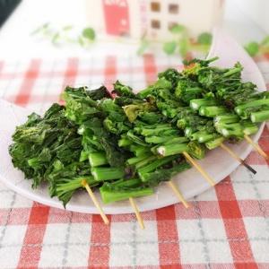 串に刺して食べやすく♪菜の花の塩焼き
