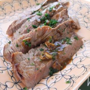 安いお肉が劇的な美味しさに♪スモーキーステーキ