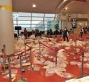 中国人観光客が去ったあとの空港ロビーがゴミ捨て場のように 免税店の商品をその場で開けてポイ捨て