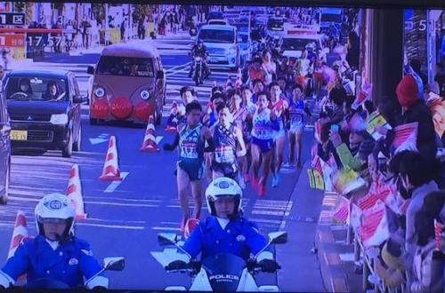 【悲報】アンパンマン号、箱根駅伝に駆けつけるwwwwwwwwwのサムネイル画像
