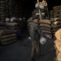 タリバン「給料として小麦を支給する」 アフガンで