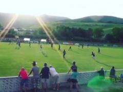 【動画】フライブルク女子の試合に乱入した犬の選手へのタックルが見事すぎるwwww
