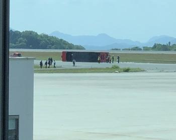 広島空港の滑走路で消防車が訓練中に横転する事故が発生、2人怪我(現場画像あり)