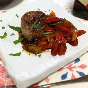 切り落としでも贅沢気分に♪牛肉のロールステーキ ミニトマトソース