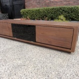 『瀬戸山家具よりワイドが1800ミリのブラックウォールナット材の新作TVボードが入荷』の画像