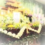 『【心を紡ぐお葬式】母校カラーの花祭壇』の画像