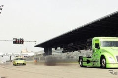 ボルボのHVトレーラーヘッド、ドラッグレースでポルシェ ケイマンR を圧倒