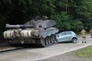 乗用車が戦車と衝突、けが人なし