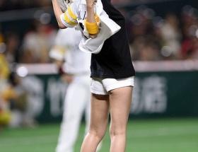 篠田麻里子さん29歳のケツ丸出し始球式がエロすぎると話題にwwwwwwwwww