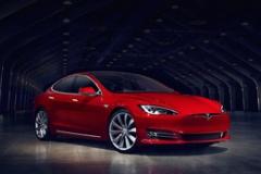 テスラ、スーパーカー並の加速を実現! モデルSの新バージョン発表!
