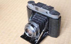 蛇腹がついている古いカメラ