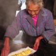 【画像】中国のおばあちゃんが作る本物の焼き餃子、美味そう過ぎてバズる。