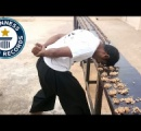 【動画】インド人がクルミ217個を頭で割りギネス記録【動画】