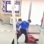 【動画】中国、鬼の城管の無慈悲な取り締まり、物売りのおばあちゃんを投げ飛ばす!