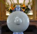 仏で偶然見つかった中国皇帝所有の「抱月瓶」、5億円超で落札