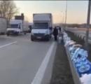 ドイツの道路が愛に変化 水などが続々と人々の手により届けられる