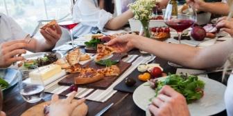 数人でランチに。→食べながら喋りまくるクチャラーに「口閉じて。食べてる時は喋らないで。クチャクチャ音立てないで」 と同僚の一人がキレ気味に口にした結果…