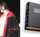 【画像】「我が名はダーク・ロードである」 黒と赤のローブを着た男、聖書を燃やし排尿したとして逮捕