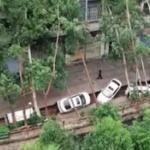 【動画】中国、川沿いの道路が30メートルにわたって陥没!6台の車が横倒しに! [海外]
