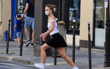 『【スタイルは母譲り…!?】リリー・ローズ・デップと母ヴァネッサ・パラディがパリでお出かけ!Lily-Rose Depp and Vanessa Paradis step out in Paris』の画像