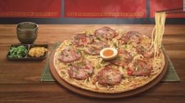 【飲食】台湾ピザハットが「ラーメンピザ」発表wwwww