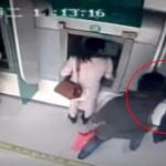 【動画】中国、女性が銀行ATMから現金を引き出し中に、男が後ろから強奪し逃走! [海外]