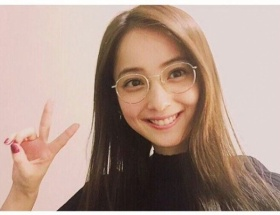 佐々木希、丸メガネ&ピースサイン姿に反響「可愛すぎる」