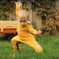 【あかちゃん動画】 ドラゴン相手に勇敢に格闘する赤ちゃん
