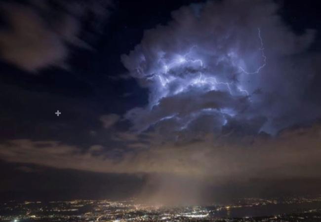 スイス上空に「異次元へのゲート」が出現!