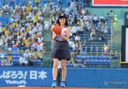 川口春奈ちゃんがノースリーブユニフォームで始球式!可愛さで打者を惑わす投法を披露!