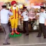【中国】マクドナルドのドナルド・マクドナルド氏、逮捕!城管に連行される! [海外]