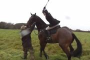 【馬上鞭打ち17連打→落馬死】狩をしていた57歳女性が狩反対派に襲われ死亡  英国 [動画ニュース]