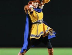 アリーナ姫(31)の始球式をご覧ください
