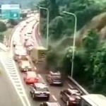 【動画】中国、渋滞する高速道路の横で土砂崩れ!その瞬間、監視カメラ映像 [海外]