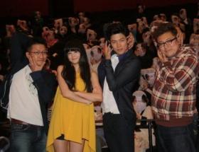 ちょw 映画「HK/変態仮面」の大ヒット御礼舞台あいさつで観客全員パンティーかぶってるwwwww