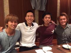 【画像】吉田麻也が名古屋のメンバーたちとプチユース会!一番の話題はヒゲを剃った事wwww