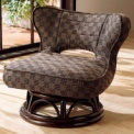 座面が広く、あぐらもかける籐のロータイプ回転椅子。