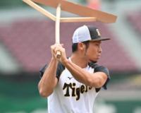 阪神江越、試合前練習でトンボを持ちイメージトレーニングをする
