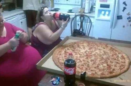 【画像】アメリカのピザのLサイズがこちらwwwwwwwwwwwwwwのサムネイル画像